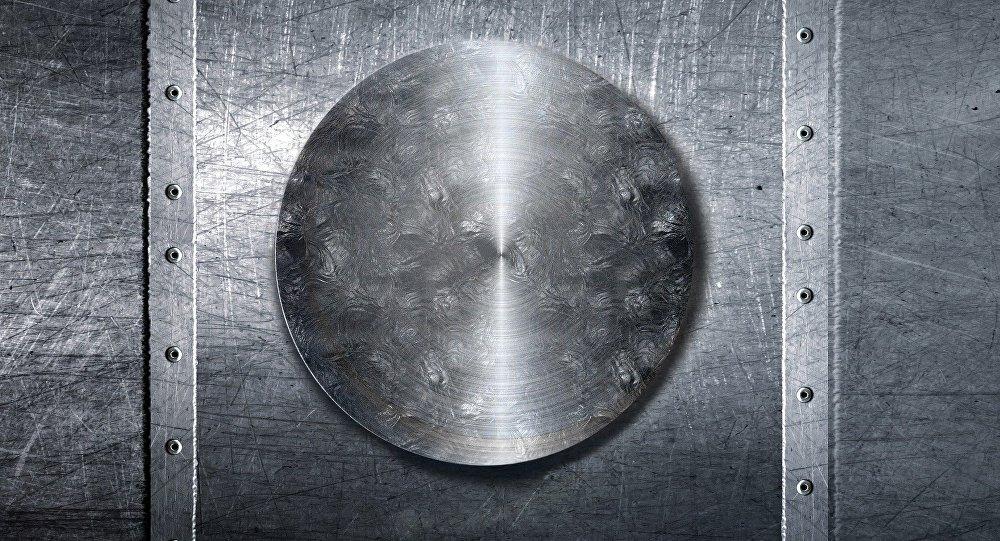 Una placa metálica