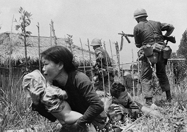 Los marines de EEUU atacan la aldea de My Son, cerca de Da Nang, en abril de 1965