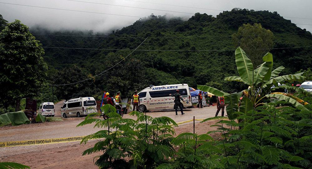 Varias ambulancias, cerca de la cueva donde quedaron atrapados los 13 futbolistas (Tailandia)