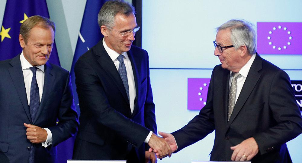 E presidente del Consejo Europeo, Donald Tusk, el secretario general de la OTAN, Jens Stoltenberg, y el presidente de la Comisión Europea, Jean-Claude Juncker