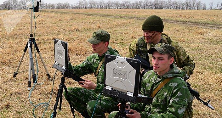 Soldados rusos con portátiles militares (archivo)