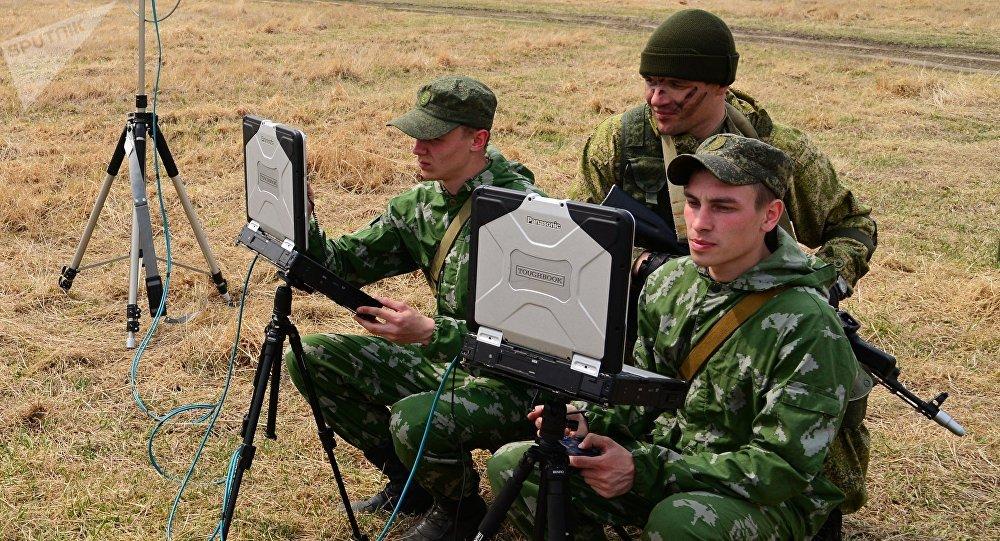 Soldados rusos con portátiles militares