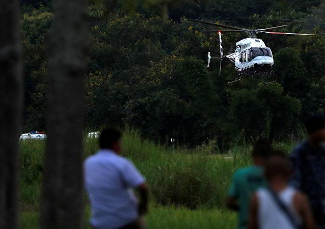 El helicóptero con los niños rescatados de la cueva en Tailandia