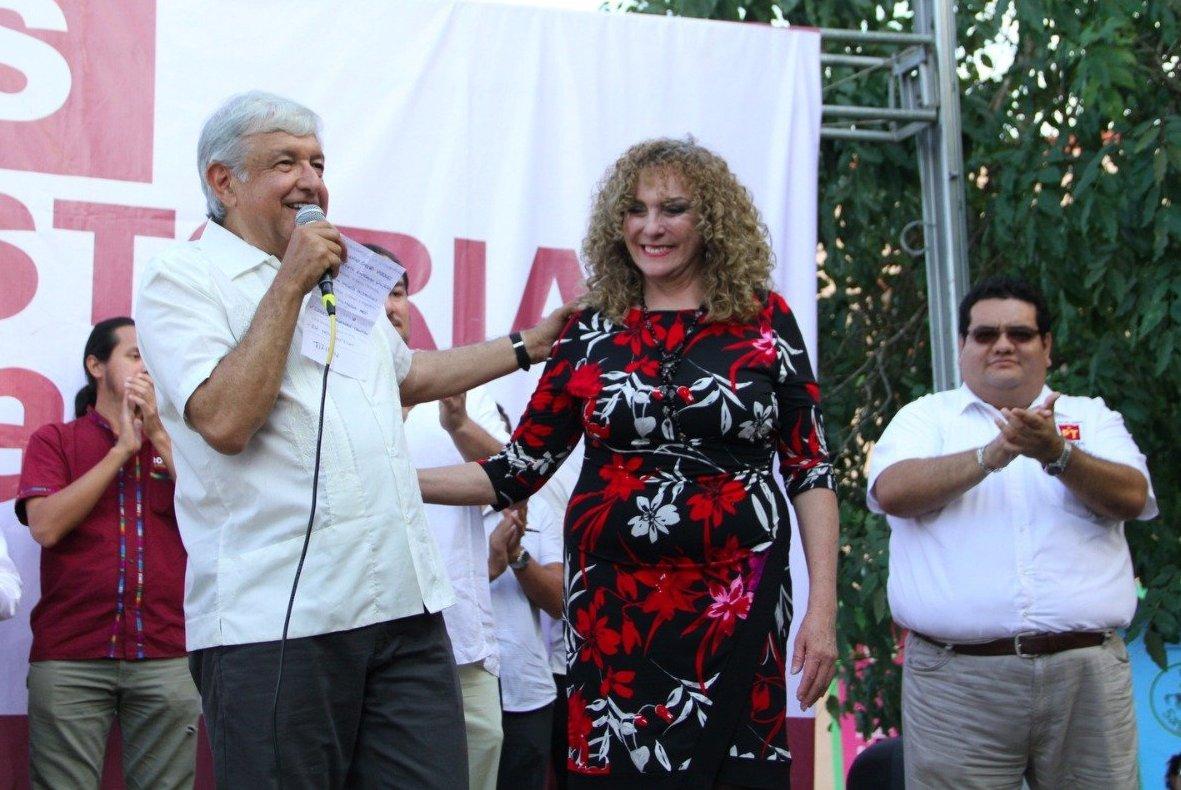 La senadora de la República de México por el estado de Quintana Roo, Luz María Beristain Navarrete con el presidente electo de México Andrés Manuel López Obrador