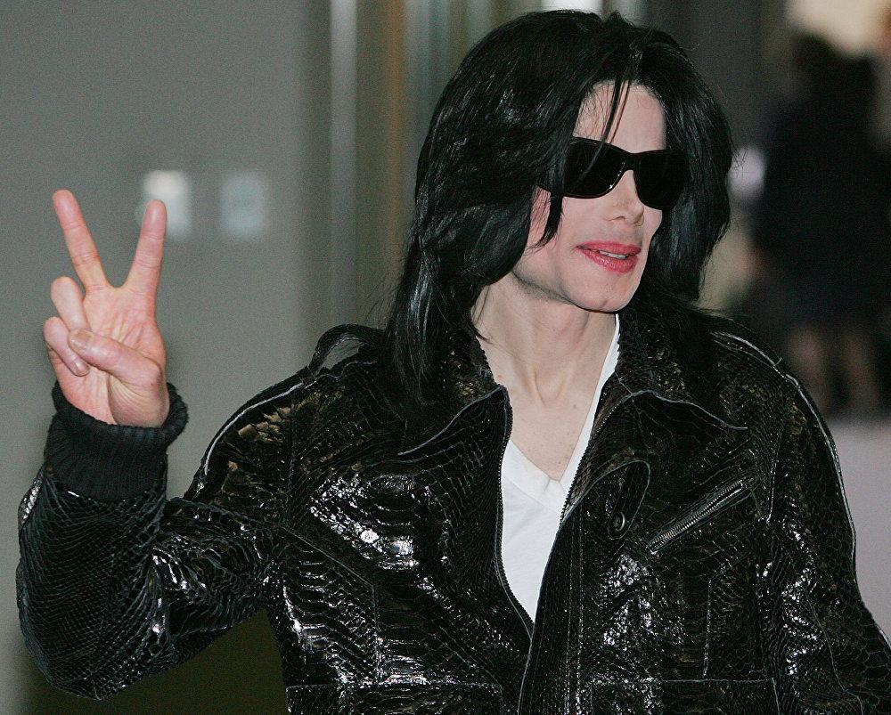 Tal vez no todos saben que Michael Jackson no solo es el reconocido rey de la música pop, sino también el rey oficial de un Estado africano. En 1992, los residentes de Costa de Marfil le otorgaron este título honorífico, fue oficialmente coronado rey de Sanwi. En la foto: Michael Jackson en Japón, 2007.