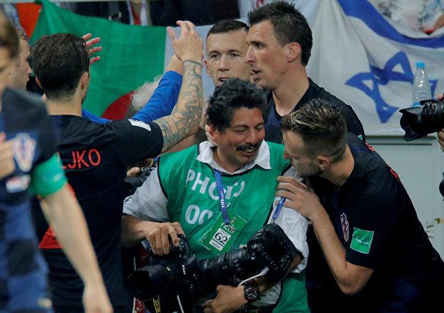 Los futbolistas croatas celebran junto al fotógrafo Yuri Cortez después del gol de Mario Mandzukic ante Inglaterra