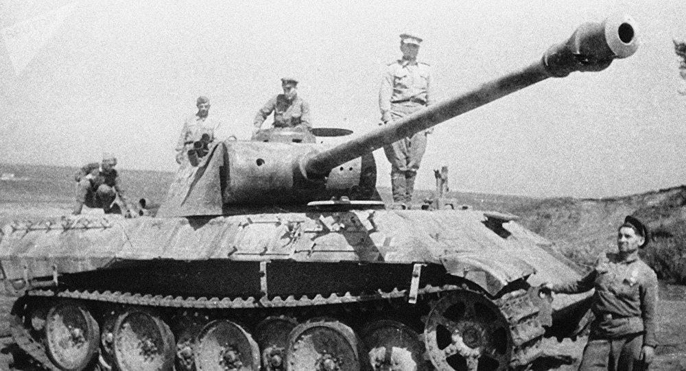 Soldados soviéticos cerca de un tanque alemán destruido en la batalla de Kursk (archivo)