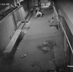 ¿Ladrón o bailarín? Una cámara de vigilancia graba un vídeo controvertido