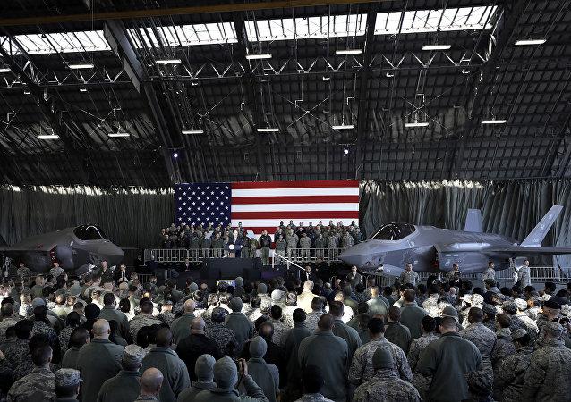 Un avión F-35 en exhibición durante un discurso de Mike Pence, vicepresidente de EEUU, en Japón