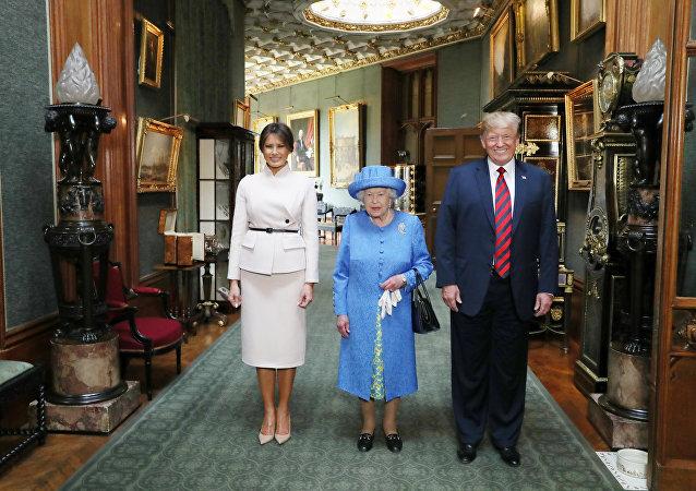 La reina Isabel II de Inglaterra, el presidente estadounidense, Donald Trump, y la primera dama, Melania Trump