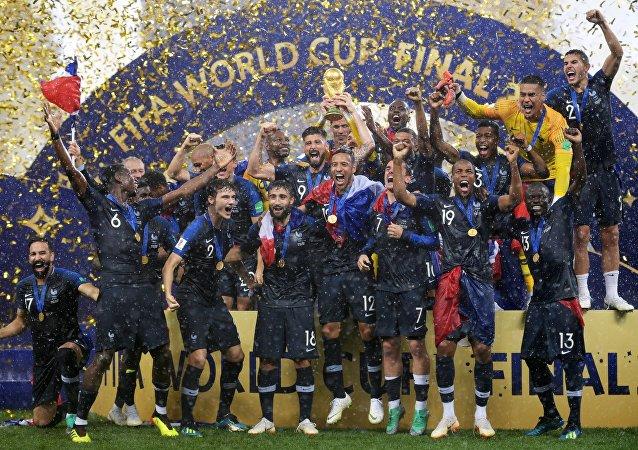 La selección de Francia celebra su victória en el Mundial de Rusia