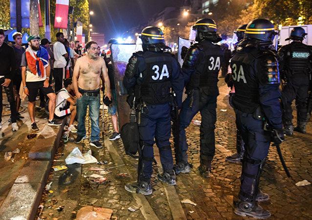 La Policía dispersa a la gente en París después de celebraciones agresivas tras el partido de fútbol final de la Copa Mundial Rusia 2018 entre Francia y Croacia