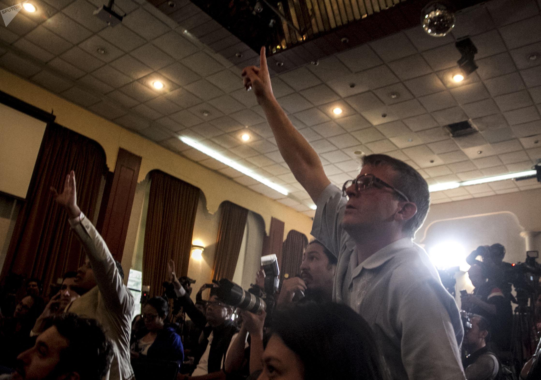 Periodista pide una de las preguntas que Marcelo Ebrad respondió en la conferencia de presa tras la reunión con la delegación del Gobierno estadounidense encabezada por Mike Pompeo, secretario de Estado