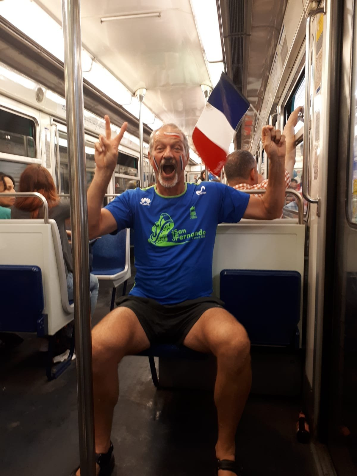 El padre de Noelia Guilmard festeja la victoria de su equipo en el metro camino a Champs-Elysees