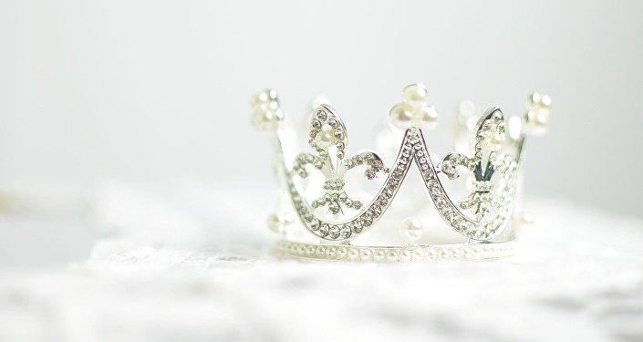 Una corona de diamantes, referencial