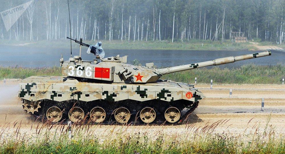 Un tanque chino en el Biatlón de Tanques