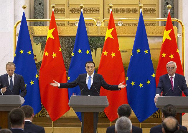El presidente del Consejo Europeo Donald Tusk, el primer ministro chino Li Keqiang y el presidente de la Comisión Europea Jean-Claude Juncker durante celebración de la cumbre entre China y la UE