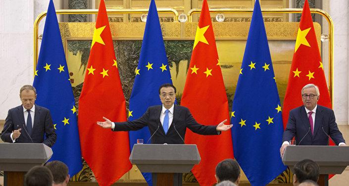 El presidente del Consejo Europeo Donald Tusk el primer ministro chino Li Keqiang y el presidente de la Comisión Europea Jean Claude Juncker durante celebración de la cumbre entre China y la UE