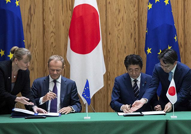 El presidente del Consejo Europeo Donald Tusk, el primer ministro de Japón Shinzo Abe y el presidente de la Comisión Europea Jean-Claude Junker firman un acuerdo en Tokio