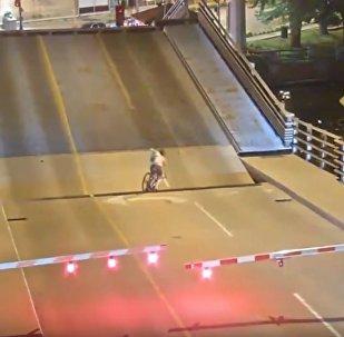 Ciclista cae bajo un puente levadizo