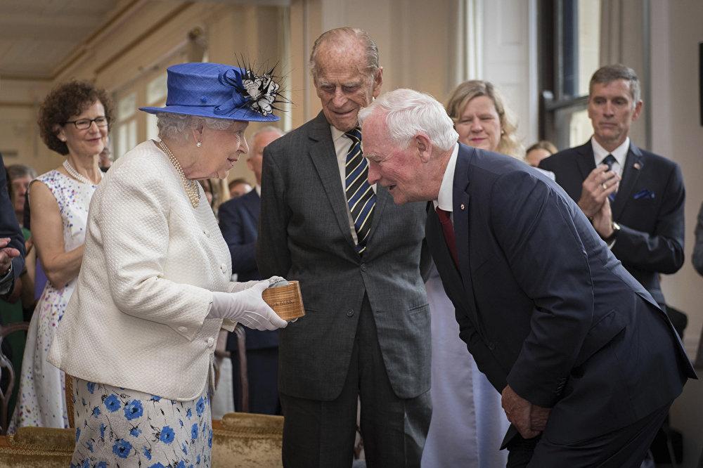 La reina Isabel II y el exgobernador general de Canadá, David Johnston