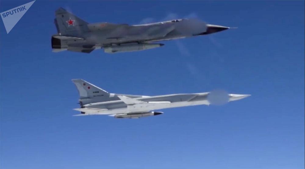 Bombardero Tu-22M3 y caza MiG-31