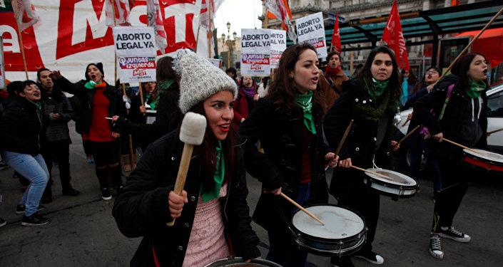 Mujeres se manifiestan frente al Congreso en Buenas Aires a favor de la legalización del aborto en Argentina