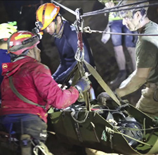 Los buzos rescatan a un niño de la cueva en Tailandia