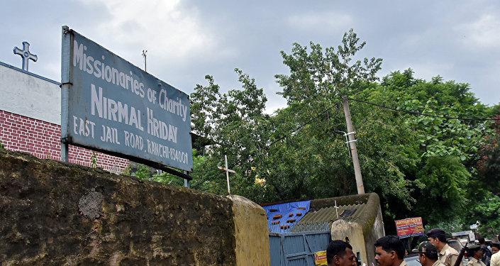 La policía frente a una casa que brinda refugio a mujeres embarazadas solteras dirigidas por la orden católica fundada por la Madre Teresa