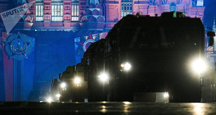 Sistema de misiles Iskander en la Plaza Roja de Moscú durante un ensayo del desfile militar