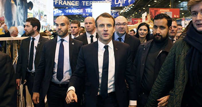 Alexandre Benalla, colaborador de la Presidencia francesa (drcha.), al lado Emmanuel Macron, presidente de Francia (centro)