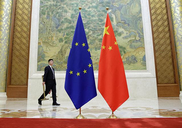 Las banderas durante la cumbre entre la UE y China