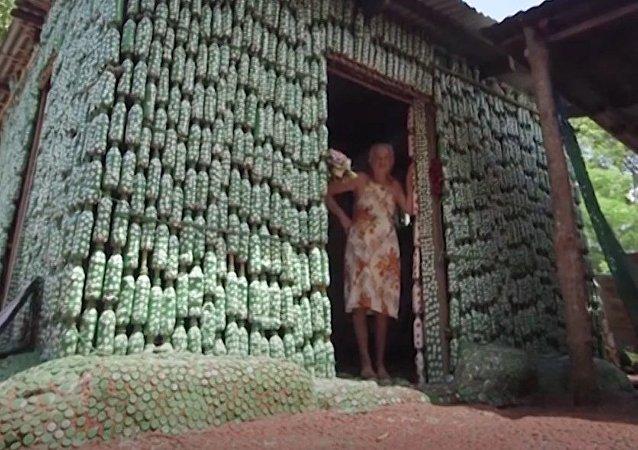 ¿Cómo aprovechar las botellas de plástico? ¡Construir una casa!