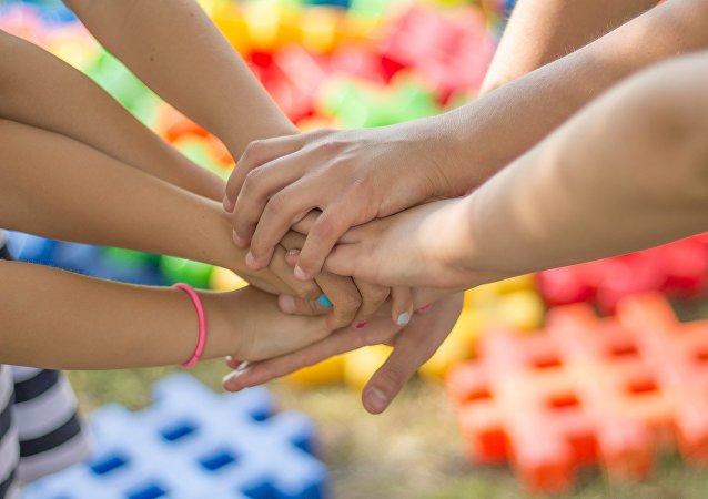 Amigos se dan la mano