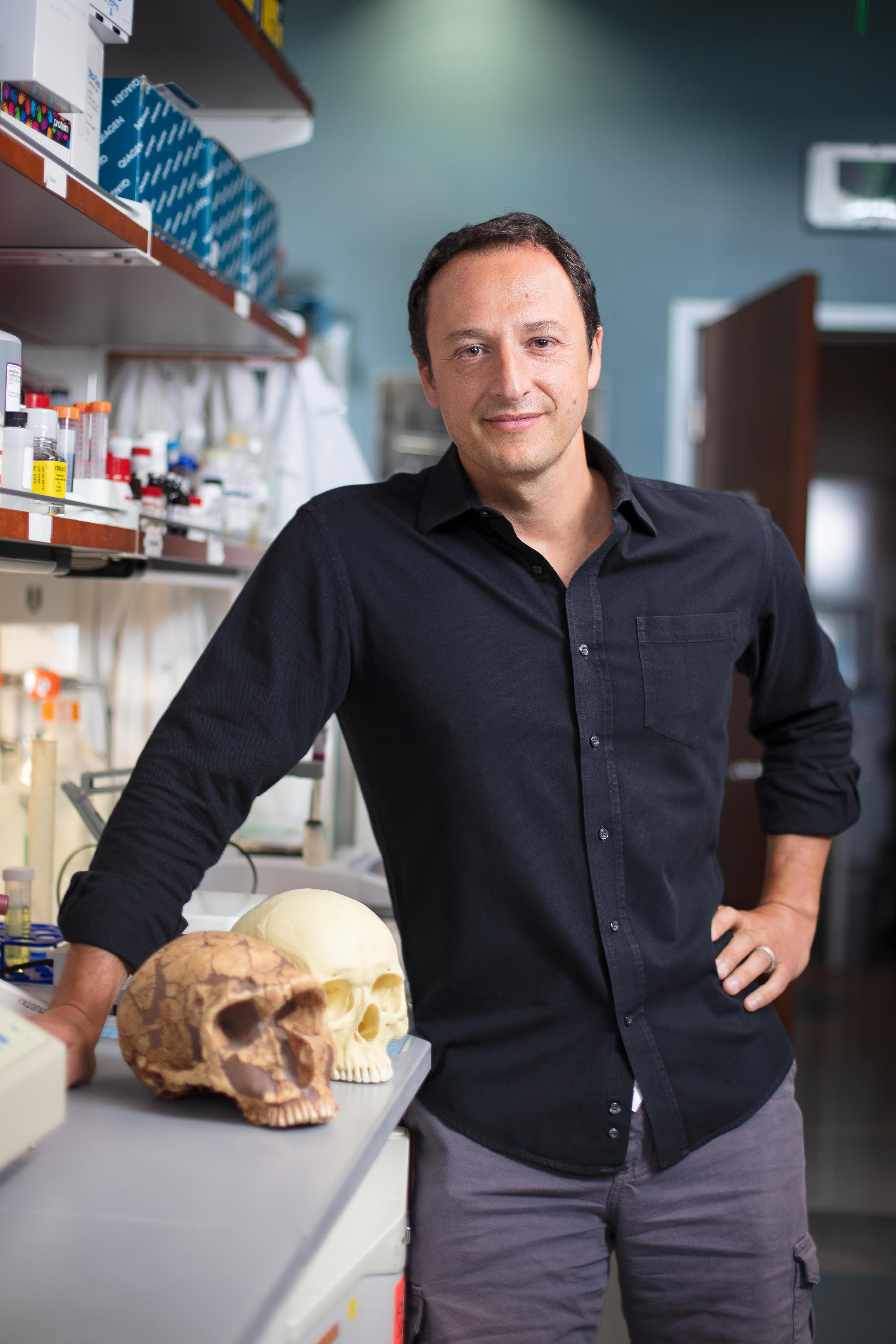 Alysson Muotri en su laboratorio en la Universidad de California en San Diego
