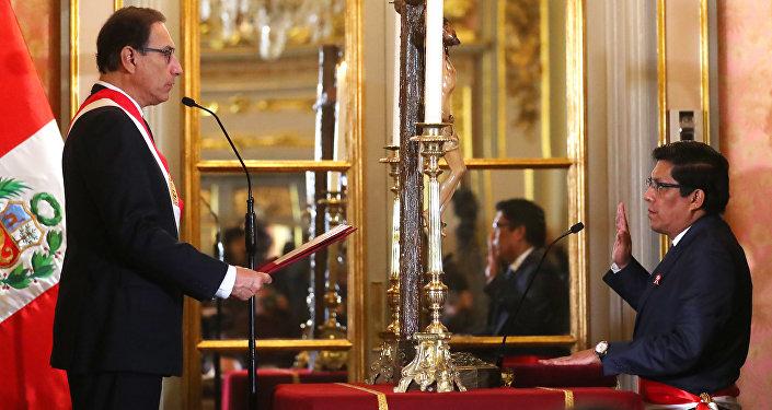 El presidente peruano Martín Vizcarra tomando juramento a Vicente Zeballos como ministro de Justicia y Derechos Humanos