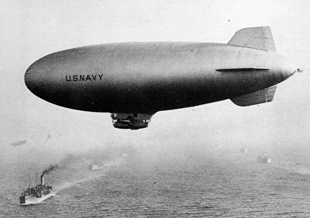 Un dirigible estadounidense de la clase K durante la Segunda Guerra Mundial