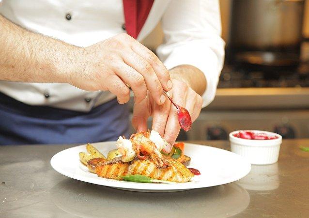 Un plato de pescado y mariscos
