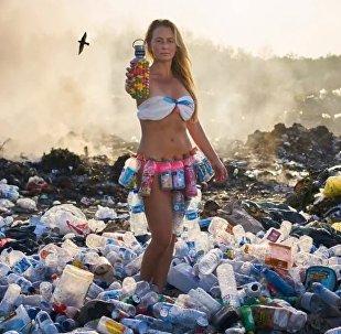 Alison Teal en medio de un monton de basura