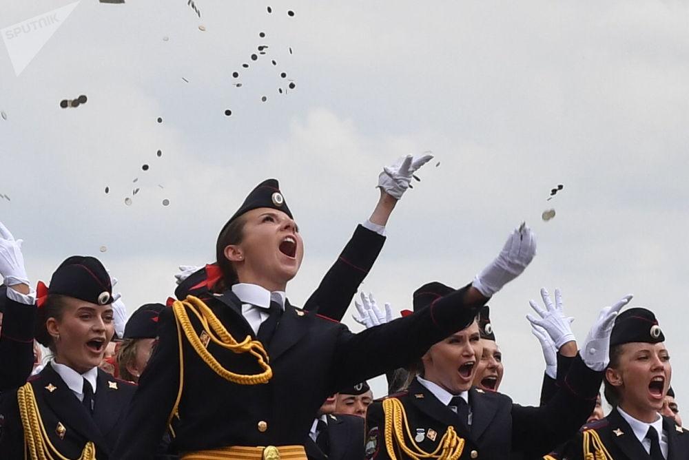 Курсанты Московского университета МВД России во время выпуска на Красной площади в Москве
