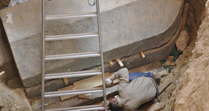El secretario general del Consejo Supremo de Antigüedades de Egipto inspecciona el interior del sarcófago negro
