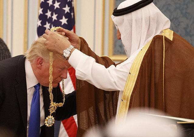 Donald Trump, presidente de EEUU, recibe de manos del rey saudí Salman bin Abdulaziz la Orden del Rey Abdulaziz, Riad, 20 de mayo de 2017