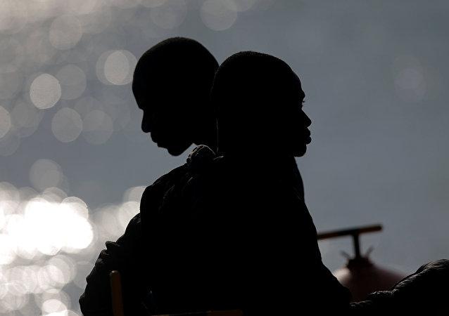 Dos migrantes en el mar Mediterráneo cerca de las costas españolas