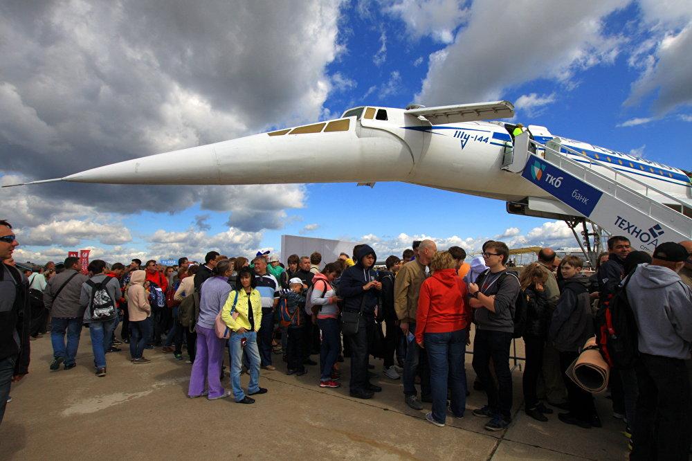 Los visitantes de MAKS se ponen en colas para subir a bordo del Tu-144