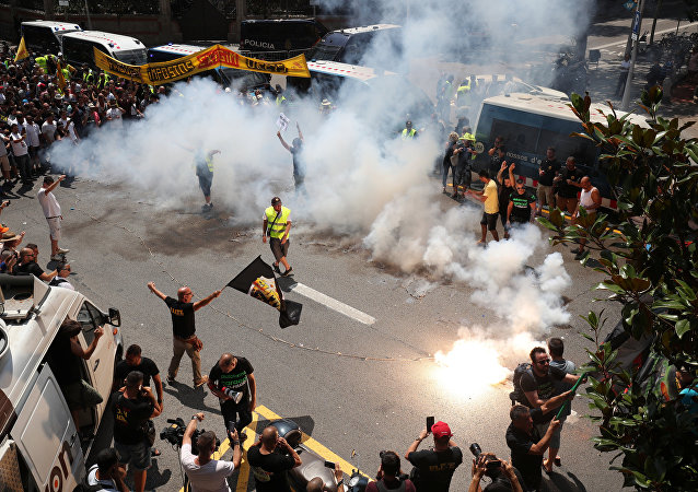 Taxistas protestan en las calles de Barcelona contra Uber o Cabify