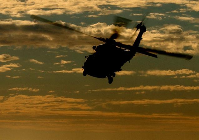 Un helicóptero, imagen referencial