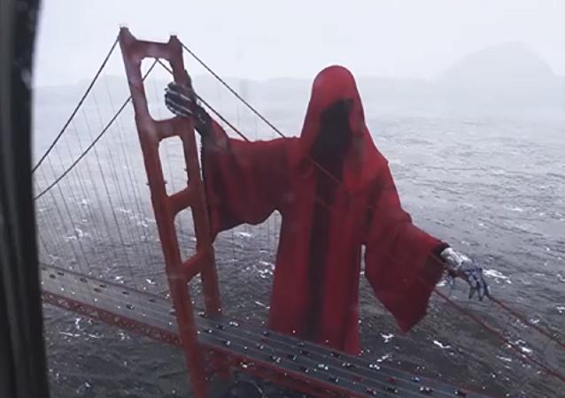 Una enorme figura encapuchada 'aparece' cerca del puente Golden Gate