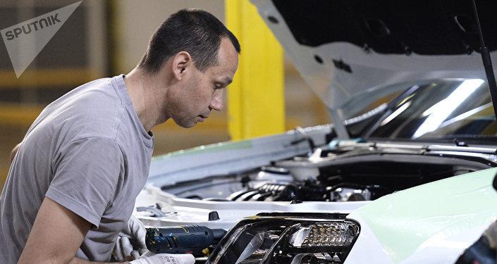 Empleado en una planta de automóviles