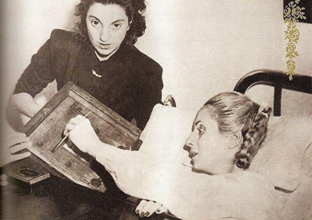 Eva Perón, ya enferma, vota en el hospital