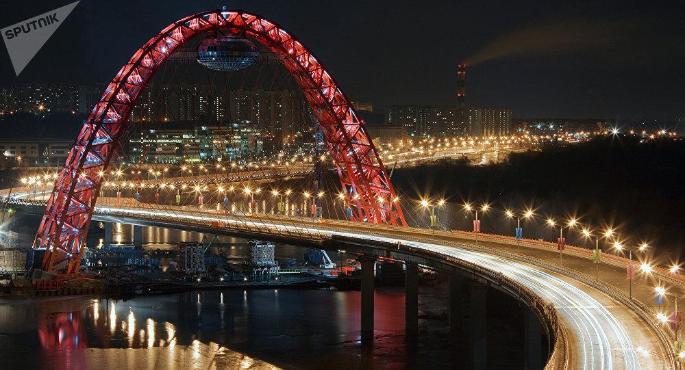 El puente Zhivopisni en Moscú